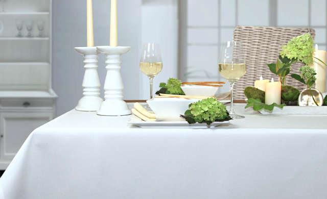weiße Tischdecke mit Fleckschutz