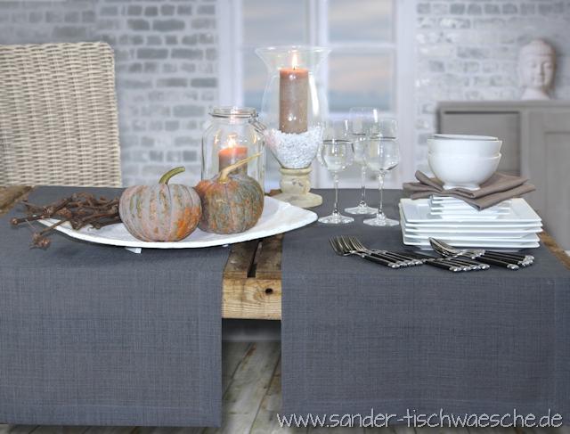 graue Tischläufer oder Tischdecke