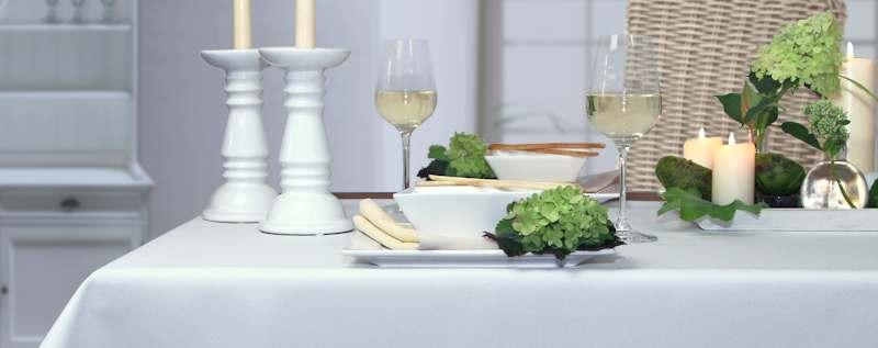 wei e tischdecken festlich und elegant tisch decken. Black Bedroom Furniture Sets. Home Design Ideas
