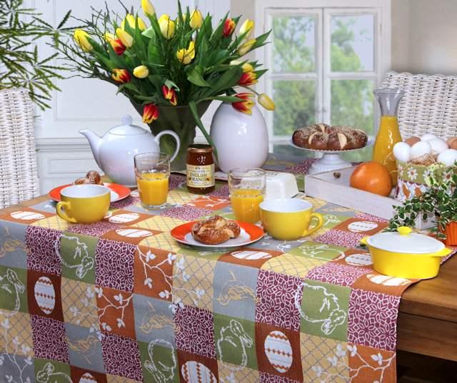 gedeckter ostertisch mit Tischdeko Ostern.