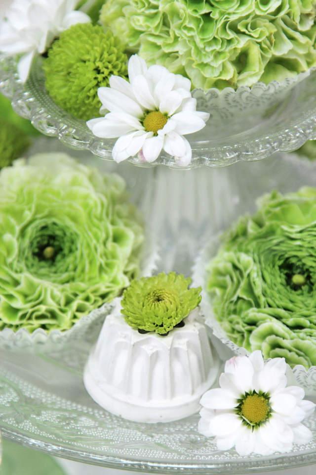 dekorierte Etagere mit Blumen