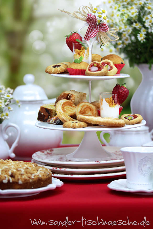 Afternoon Tea im Garten mit Etagere