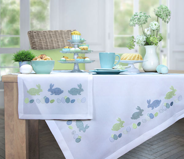 Tischdecken und Tischläufer mit Stickerei Osterhasen blau