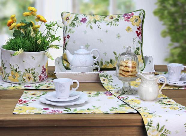 Tischsets, Tischläufer und Kissen aus Gobelinmaterial