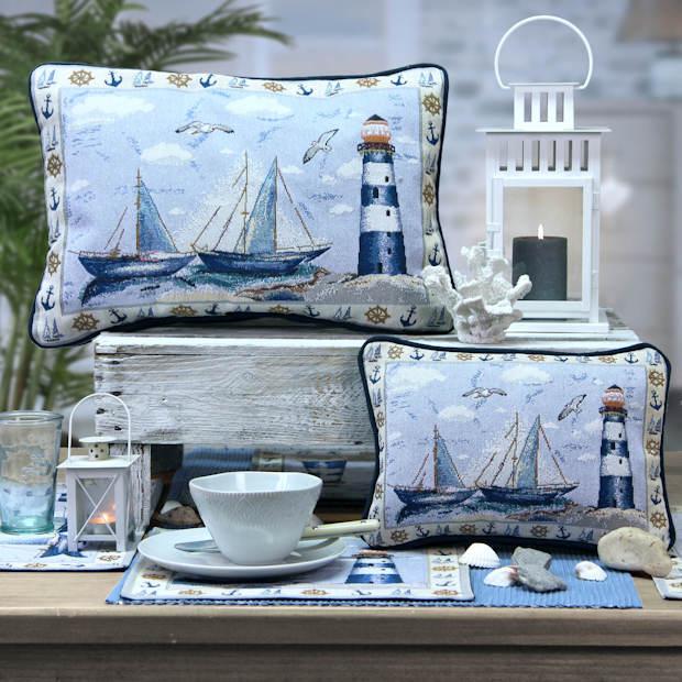 Kissen im maritimen Look mit Segelschiff und Leuchtturm