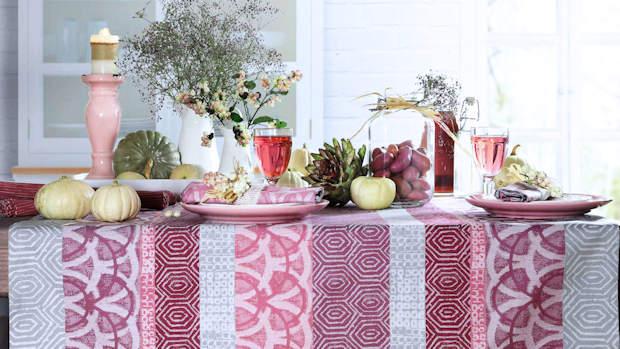 rosa Tischdecke gemustert