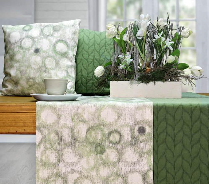 grüner Tischläufer und grüne Kissen von Sander Tischwäsche
