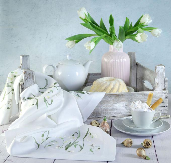 kleine Tischdecke oder Tischläufer mit Schneeglöckchen