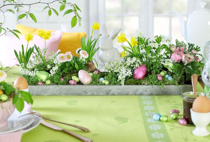 Blumendeko für den Osterbrunch