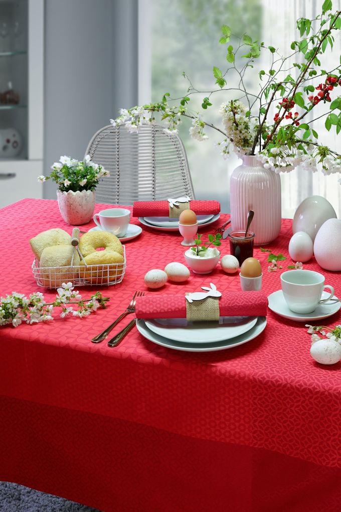 deckter Tisch Ostern rot