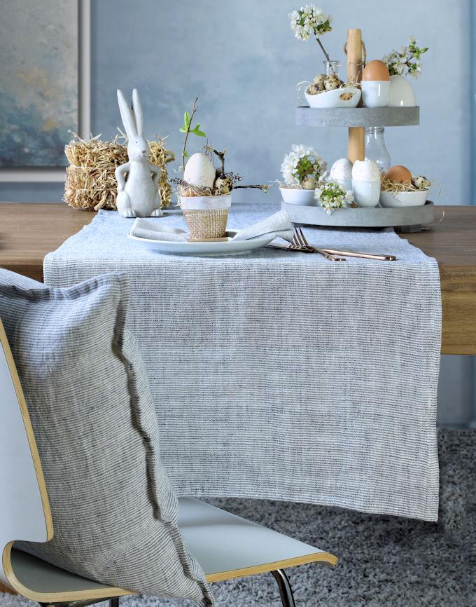 Tischdeko Ostern und blauer Tischläufer